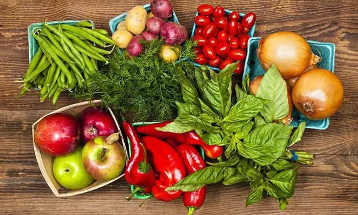 有人会以为蔬菜对于孕妇很安全,不用注意什么,那么,怀孕初期吃什么蔬菜水果好呢?下面,笔者为您带来介绍,希望对您有帮助。   水果   1、苹果   含多种维生素和矿物质、苹果酸鞣酸和细纤维等,许多孕妈咪怕胖,多吃苹果则可防止过度肥胖,同时对胎儿发育很有帮助。苹果的另一重要功效就是可以缓解孕吐,对孕早期的食欲差、恶心都有不错的缓解效果。   2、樱桃   所有水果中,樱桃所含的铁质特别丰富,几乎是苹果、橘子的20倍。   3、草莓   草莓含有丰富的维生素c,具有预防感冒的神奇功效。同时草莓里边所含的果