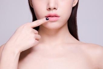 嘴唇上长疱疹的原因有哪些